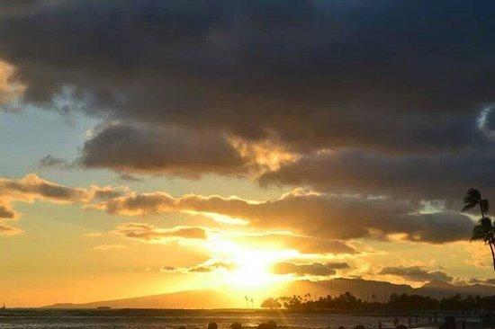 Outrigger Reef Waikiki Beach Resort: Amazing sunset on beachfront