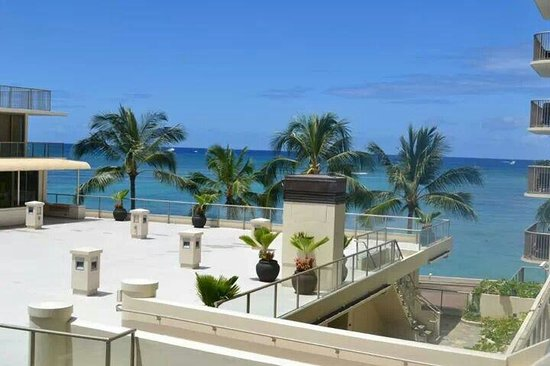 Outrigger Reef Waikiki Beach Resort: View from our partial ocean view
