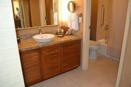 Outrigger Reef Waikiki Beach Resort: Very clean bathroom area