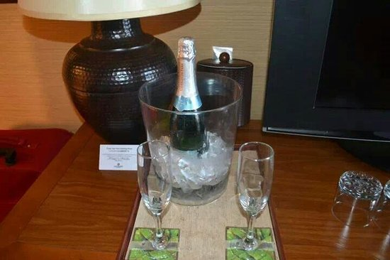 Outrigger Reef Waikiki Beach Resort: The bubbly waiting in our room