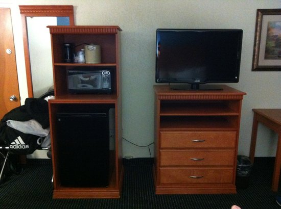 Best Western Plus Cedar Bluff Inn: tv, fridge, coffee maker