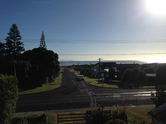 Waihi Beach Lodge: Breakfast on the patio