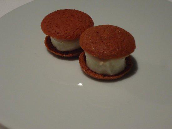 Osteria Francescana : macaron mozzarella / anchois