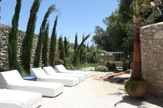 Riad Baoussala: lounging area by the pool