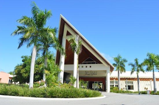 Secrets Royal Beach Punta Cana: Secrets main reception from outside