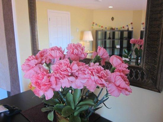 Serenity Salon: Always lots of fresh flowers.