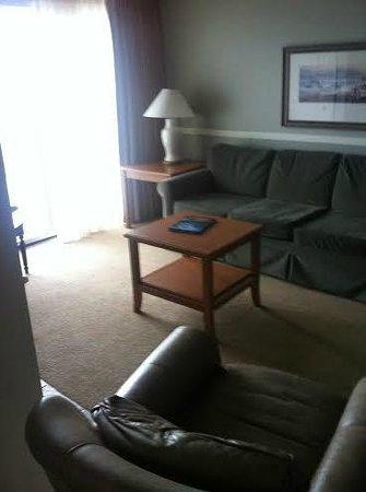 Rivertide Suites: Living room