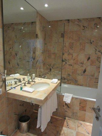 Hotel München Palace: Nice, roomy bathroom