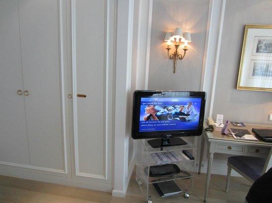 Hotel Muenchen Palace: TV, closet