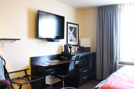 The Maxwell Hotel - A Staypineapple Hotel: LCD and work area in room