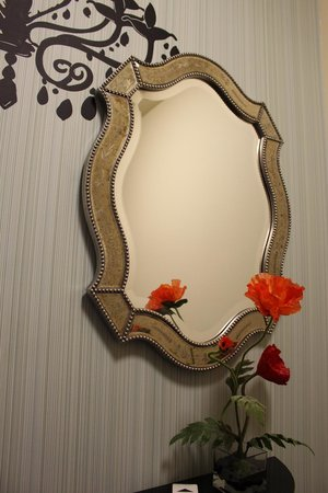 The Maxwell Hotel - A Staypineapple Hotel: mirror in foyer of guestroom