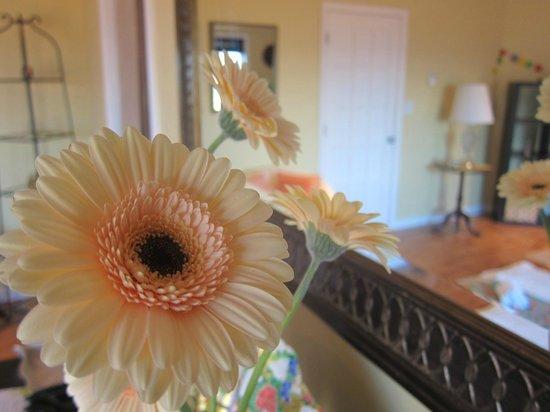 Serenity Salon: Always lots of fresh flowers in the salon.