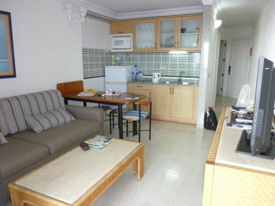 Apartamentos Fariones: Køkken / stue