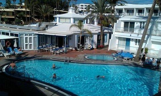 Apartamentos Fariones: Pool