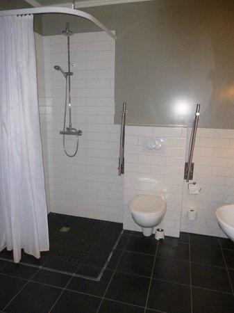 Reykjavik Residence Suites : Enormous bathroom!