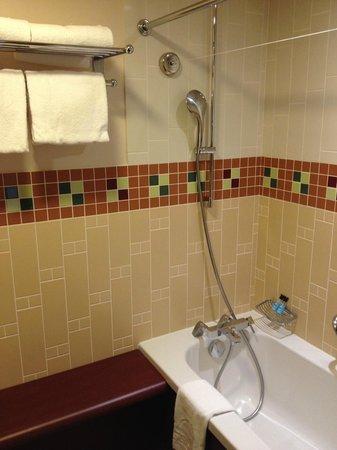 Salle de bains : baignoire/douche. - Picture of Disney\'s ...