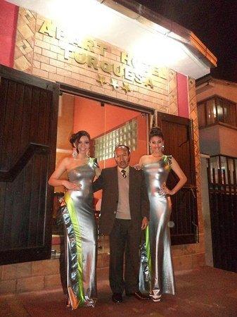 Apart Hotel Turquesa: MODELOS Y GERENTE EN LA ENTRADA PRINCIPAL