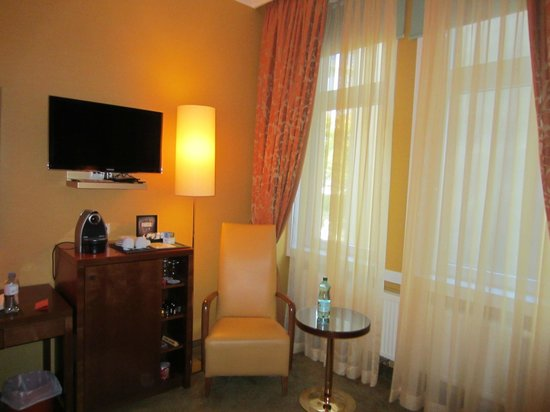 Small Luxury Hotel Das Tyrol: Nice TV and sitting area in room