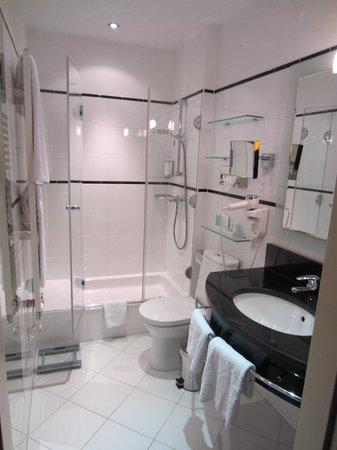 Hotel Das Tyrol: Nice sized bathroom