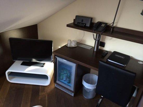 Hotel Deutsche Eiche: TV und Schreibtisch