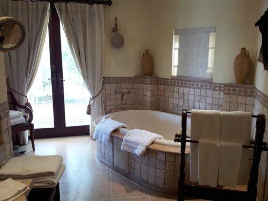 Al Maha, A Luxury Collection Desert Resort & Spa: Grande salle de bains avec baignoire
