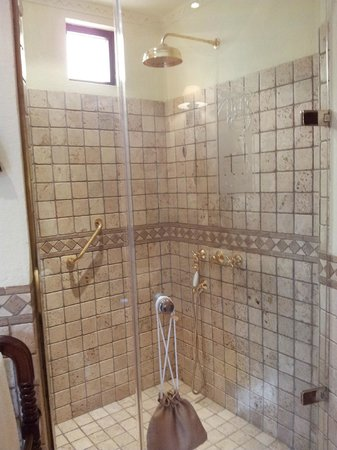 Al Maha, A Luxury Collection Desert Resort & Spa: Grande douche dans la salle de bains