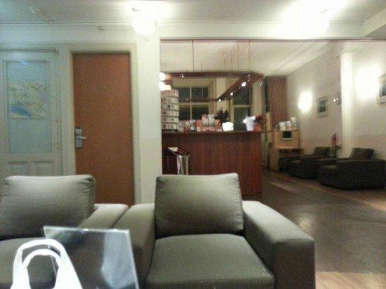 Hotel Manofa: Recepción y zona wifi