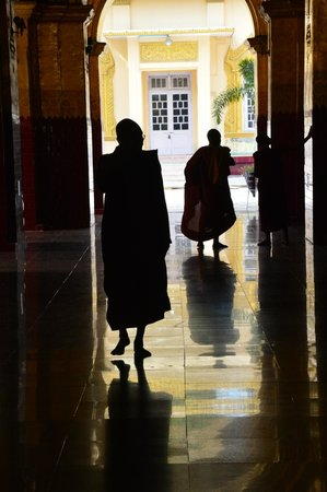 Hotel Yadanarbon: monks at a local buddhist temple...