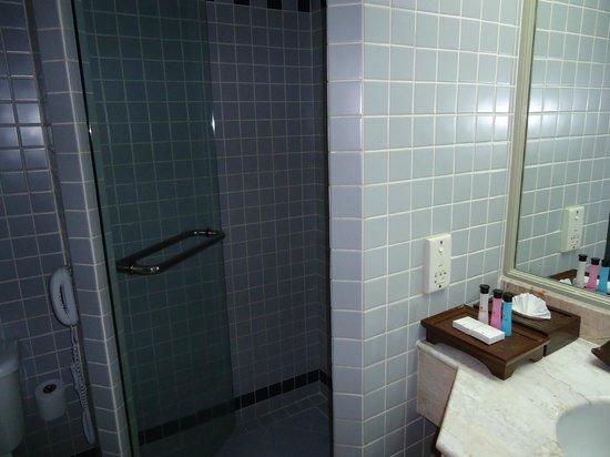 Ramada D MA Bangkok: Bathroom at RAMADA D'MA, Bangkok