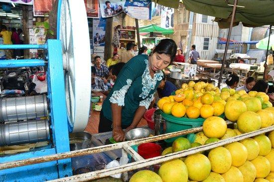 Hotel Yadanarbon: fresh-squeezed orange juice--local market...