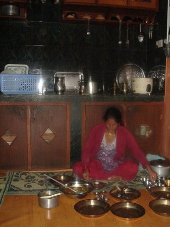 Rupa View Guest House: Sumitra (Damodar's wife) in the kitchen where dinner is served