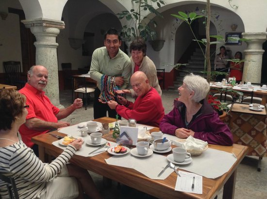 Hotel Parador San Agustin: Eli entertains the gringos at breakfast.