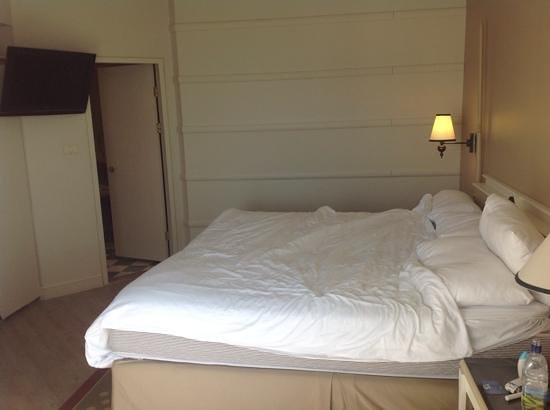 Herods Palace Hotel Eilat: bedroom in suite with door through to jacuzzi bathroom