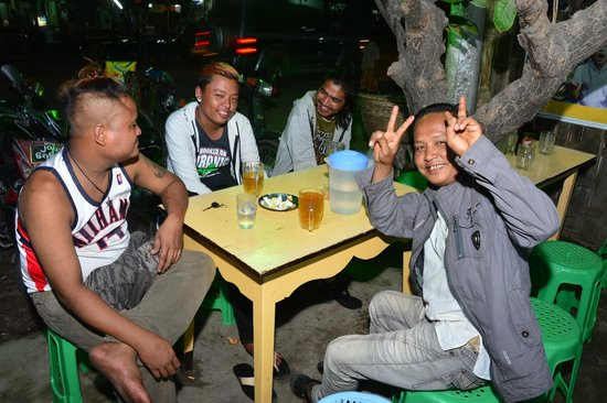 Hotel Yadanarbon: fun with 'locals' at a nearby bar...