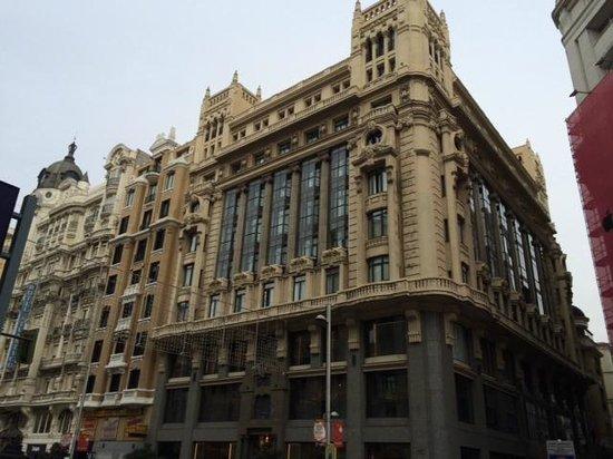 Tryp Madrid Cibeles Hotel: Blick von Außen von der Gran Via