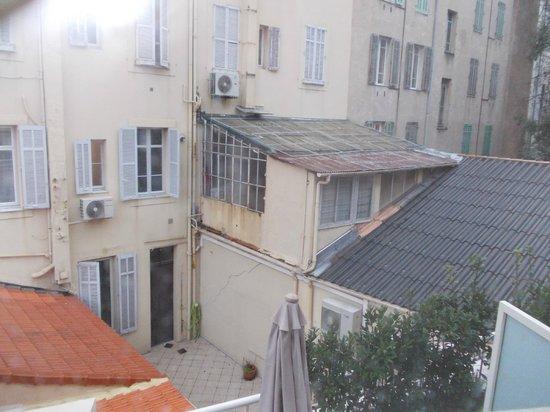 Hôtel Montaigne & Spa : Vue chambre: immeuble