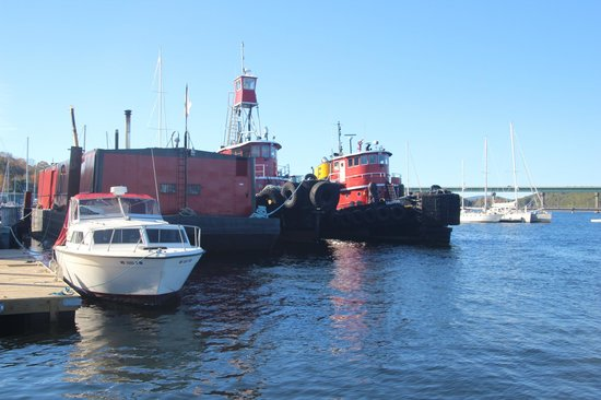 Three Tides Waterfront Bar: Tugboats on the Belfast waterfront