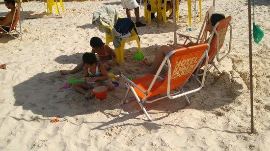 Curtindo a praia nas cadeiras do Hotel Ilhas do Caribe