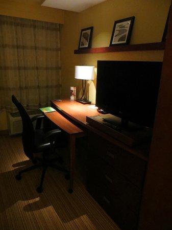 Courtyard Burlington Mt. Holly/Westampton: Desk & TV in King Room