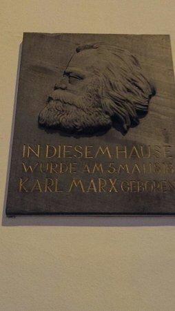Karl Marx House : Профиль родной при входе