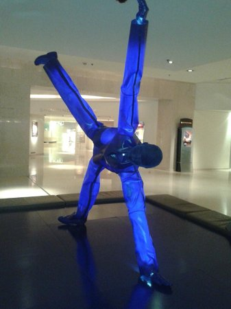 InterContinental Athenaeum : The famous blue man in lobby