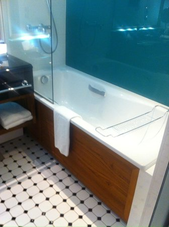 Hotel Haven: Clean bathroom, nice tub!