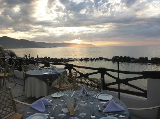Costa Sur Resort & Spa: Bay view dining. La Cascada