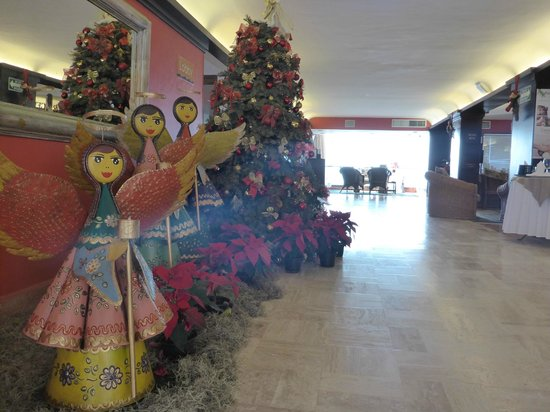 Costa Sur Resort & Spa: Feliz Navidad, lobby entrance.