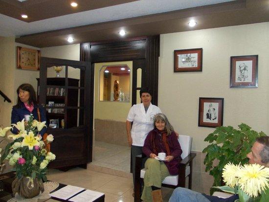 Hostal Jora Continental : Recepción con visitantes