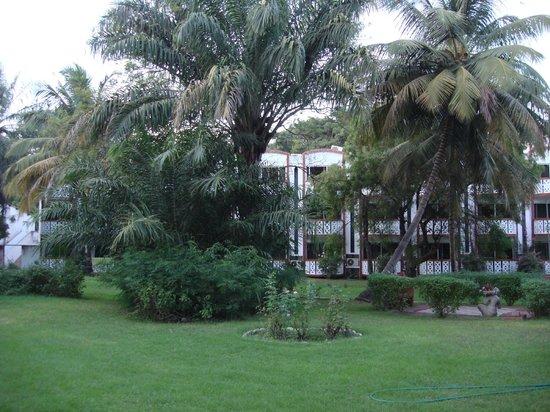 Laico Atlantic Banjul Hotel: Well groomed hotel grounds