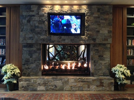 Westin Riverfront Resort & Spa Avon, Vail Valley: Fireplace in main lobby
