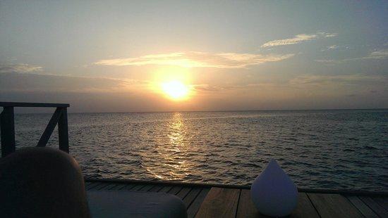 PER AQUUM Huvafen Fushi : Sunset from Raw Deck