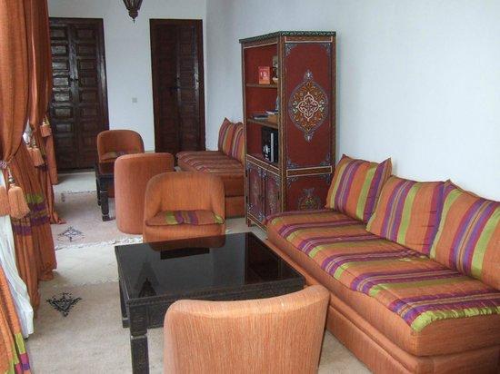 Dar Rania - Coin avec sofa et musique (1er étage)