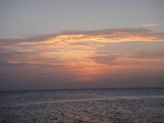 PER AQUUM Huvafen Fushi: Sunset from Raw Deck